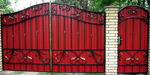 Кованые ворота и калитки с профнастилом